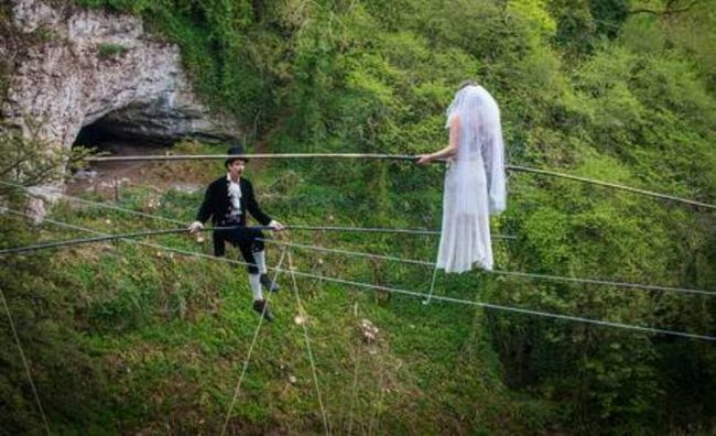 pareja de matrimonio cable de alta tensión casó colgando a 25 metros sobre el suelo!