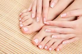Cómo limpiar las uñas pálidas