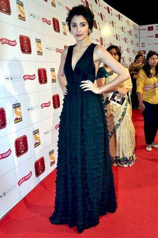 Sharma anushka encantadora en vestido negro