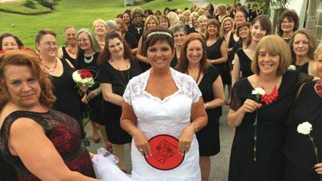 El libro de récord mundial Guinness para la mayor parte de las damas de honor en una boda se ha elevado a 168 127!